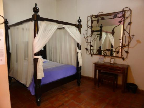 Rosa Morada Hotel Bed & Breakfast: 4-poster bed in nicely decorated room.