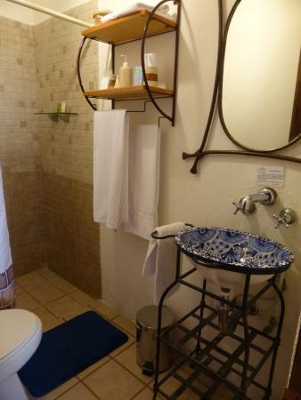 Rosa Morada Hotel Bed & Breakfast: Nice, compact bathroom.