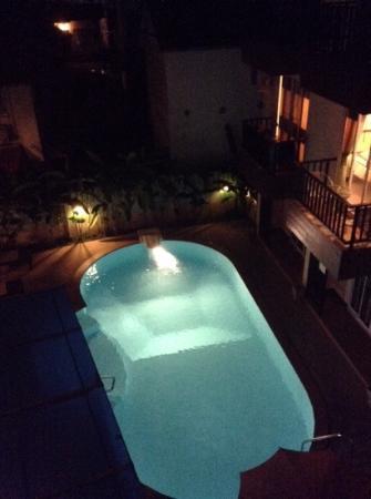 Manee Guest House: vue de la cour et de la piscine