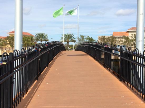 Country Inn & Suites By Carlson, Miami (Kendall): el puente para cruzar con candados