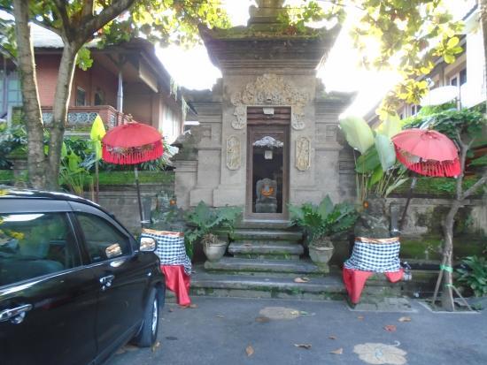 Puri Garden Hotel & Restaurant: Outer View