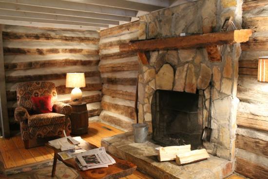 Pilot Knob Inn : Cozy fireplace
