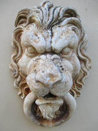 Villa Provence: Lion door knocker