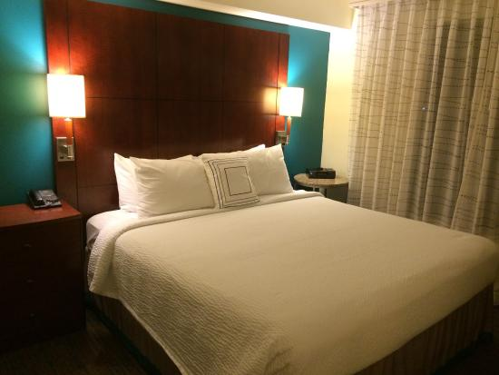 Residence Inn San Diego Oceanside: Our comfortable bedroom
