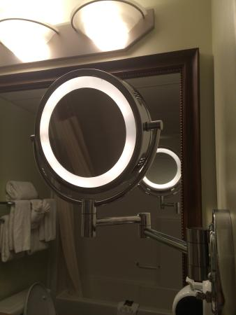 Service Plus Inns & Suites Calgary: Makeup mirror was a nice touch!