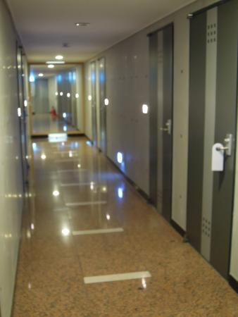 Click Hotel: 廊下はスッキリ