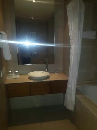 Savoy Suites Greater Noida: Bathroom