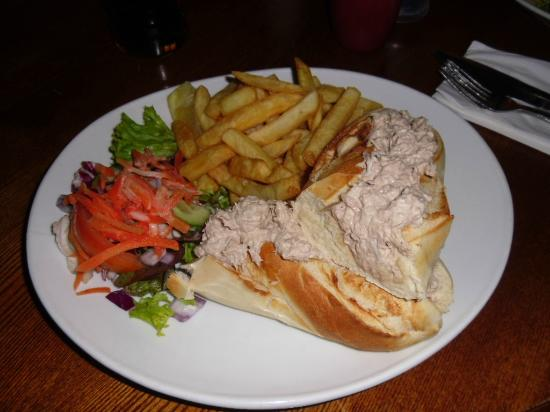 Acle Bridge Inn: Baguette with tuna mayonnaise and chips.