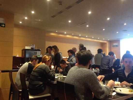 Abba Reino de Navarra Hotel: 10 minutos para un café todos apelotonados. Apenas hay espacio entre el buffet y las mesas y es