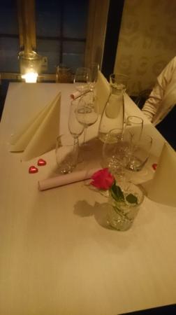 Salza Steakhouse: Flott pyntet bord.