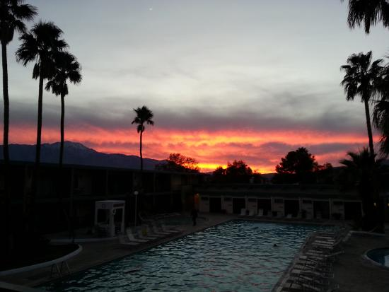 Desert Hot Springs Spa : West facing room upstairs. watching the sunset