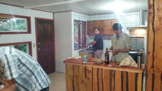 Ruka Pucon Hostel: Kitchen