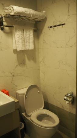 Le Prabelle Hotel: Clean and spacious toilet