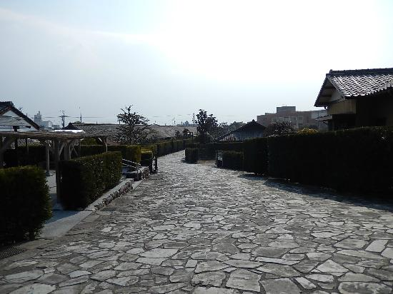 Gojoban Yashiki: 敷石と屋根と生垣の奥行ある風景