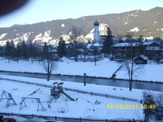 Parkhotel Sonnenhof: Blick vom Balkon über die Ammer zum Dorfzentrum