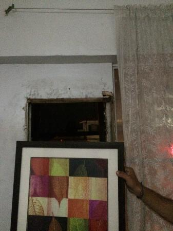 Cebu Guesthouse: hole that was covered with picture