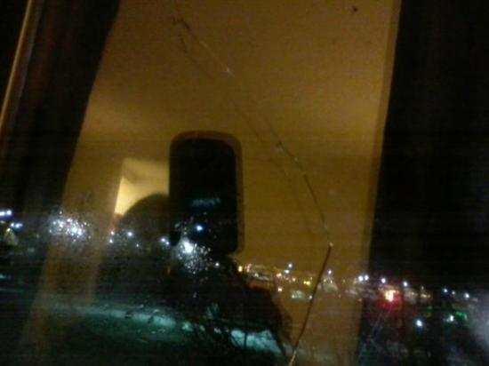 Days Inn Johnson Creek : Cracked window... cracked 3/4 of the way up tho pic hard to take.