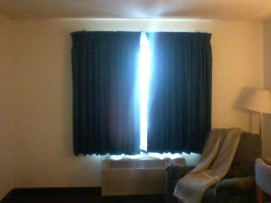 Days Inn by Wyndham Johnson Creek: The curtains did not close all the way!