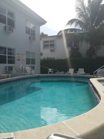 Summerland Suites: Una de las piscinas