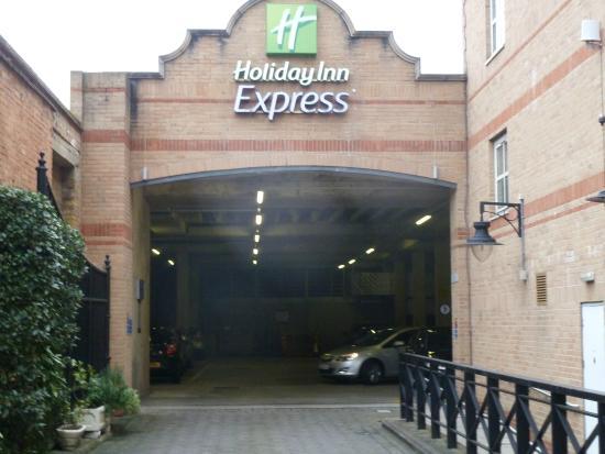 Holiday Inn Express London - Hammersmith: Car Parking
