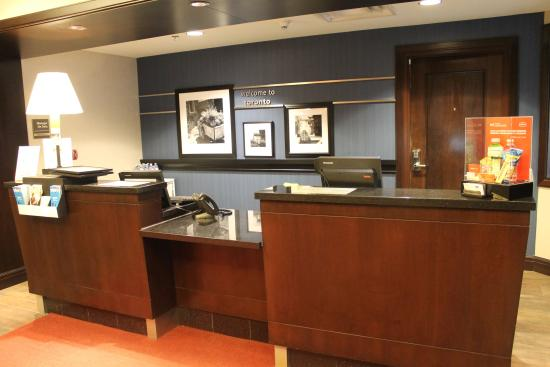 Hampton Inn by Hilton Toronto Airport Corporate Centre: Front Desk