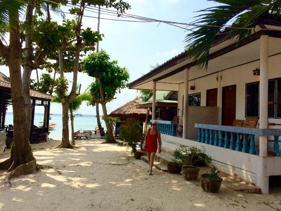 JP Resort: Bungalow (im Hintergrund rts. die Strandbar)