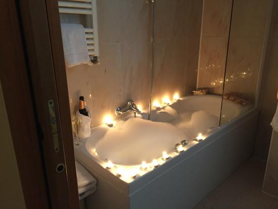 Vasca Da Bagno Per Hotel : Vasca acesa con bagnoschiuma sali da bagno e candeline foto di