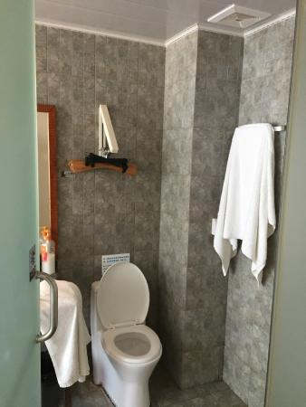 Blue Sky International Youth Hostel: Private toilet was very nice and clean
