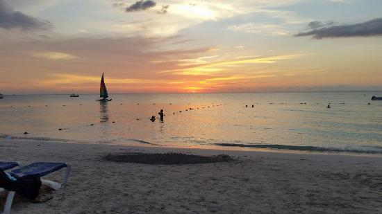 Negril Palms Hotel: Watching sunset from the beach