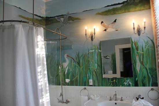Consulate Suites: Beautiful handpainted mural in bathroom