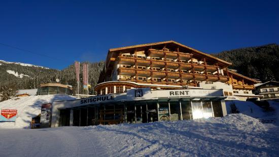 AlpineResort: View of Hotel 3