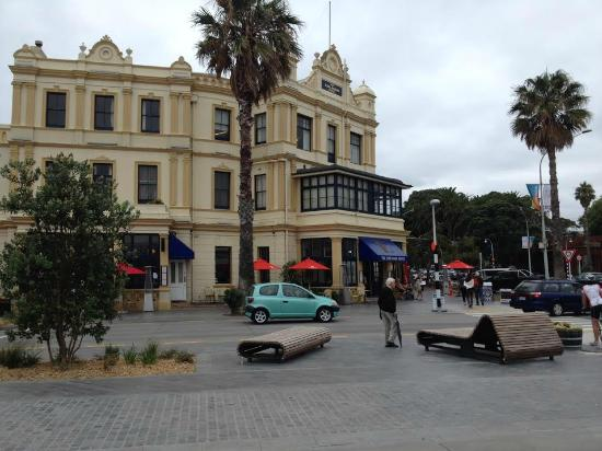 The Esplanade Hotel: Charming hotel, just across from the ferry and on the main shopping/dining street