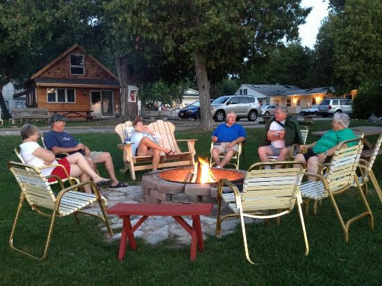 Norrland Resort: Join friends at the firepit in the evening.
