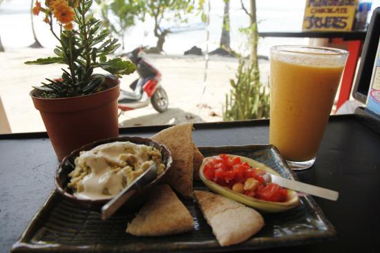 Puerto Pirata Deli: THE BEST Hummus delicioso!!