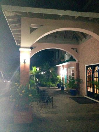Bar-B-Barn: Entrance/Walkway to Hotel