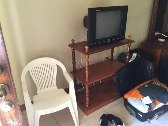 Merrils Beach Resort III: Röhrenfernseher und ein alter Plastikstuhl, dazu alte Möbel die vom anschauen schon fast umfalle