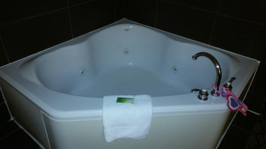 Holiday Inn Express & Suites: awesome tub nice and clean
