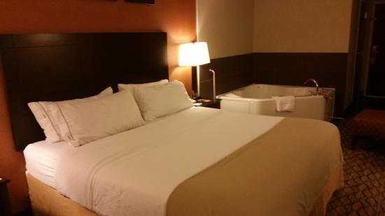 Holiday Inn Express & Suites: bed was clean and comfy