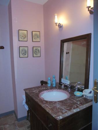 Hotel La Marbrerie: Vasque de la salle de bain