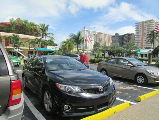 Galt Villas Inn: estacionamento e recepção do hotel
