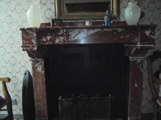 Hotel La Marbrerie: cheminée de la chambre