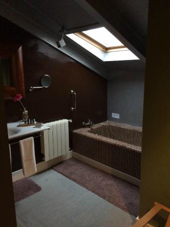 Hotel Cardamomo Siguenza: habitación-vista del baño (abierto a la habitación)