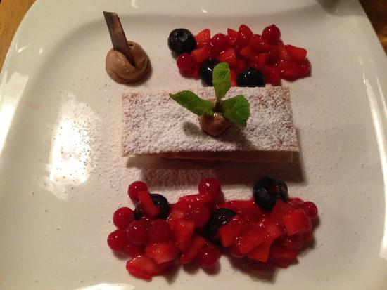 Restaurant Possruck: Knuspriges Nougatmousse mit marinierten Beeren