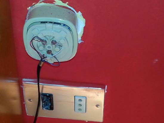 Hotel Lo Sciatore: Presa non funzionante, solo in bagno era possibile ricaricare i telefoni e uno per volta.