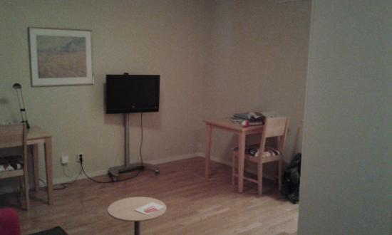 2Home Hotel Solna : Tv and table