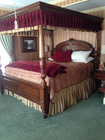 Cornerstone Victorian Bed & Breakfast: Our bed :)