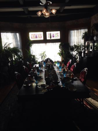 Cornerstone Victorian Bed & Breakfast: Dining room table set for breakfast