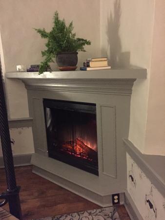 Forgotten Seasons Bed & Breakfast : Cozy fireplace in Barbara's room