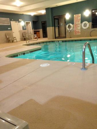 Holiday Inn Express Hotel & Suites Atlanta Southwest-Fairburn: Pool clean and well stocked with towels