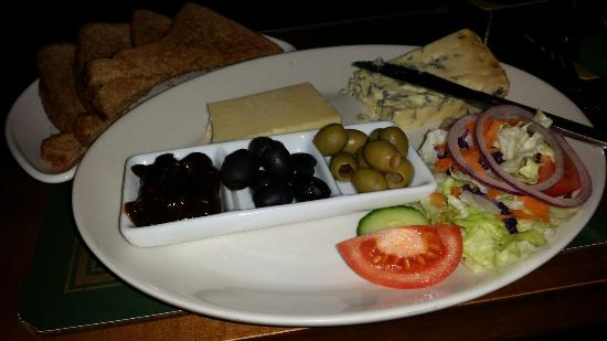 The Swan Inn: A poor excuse of a Ploughman's Lunch...mediocre at best!